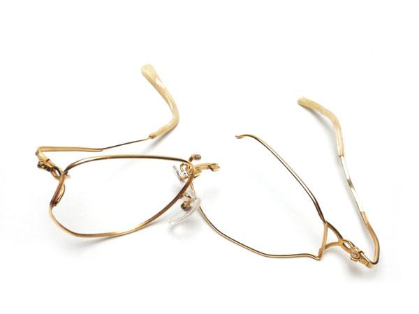 「壊れたメガネ枠」の画像検索結果